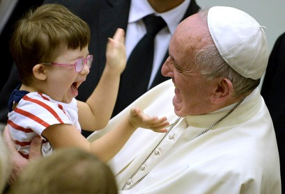 zzzzinte1Pope Francis (R) greets a boy during an audience with parish cells for the evangelization in Paul VI hall at the Vatican on September 5, 2015.   AFP PHOTO / FILIPPO MONTEFORTE zzzz