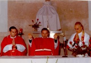 con p.cano y p. turu celebrando misa (2)