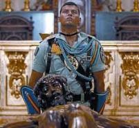 Legionario velando delante del Crucifijo