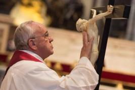 Papa Francisco - Con el Crucifijo