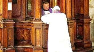 Papa Francisco confesándose