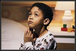 Niño haciendo oración