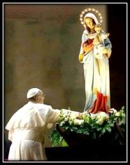 Papa Francisco - Venerando la irgen