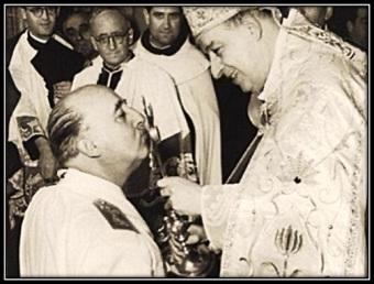 Francisco Franco - Besando Jesús Sacramentado