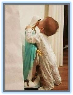 Niño besando a la Virgen María