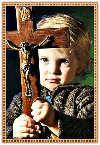 niño portando cruz