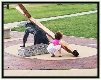 Cristo ayudado a llevar la cruz por una niña