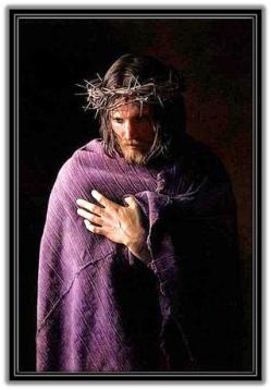 Jesús coronado de espinas y con la túnica