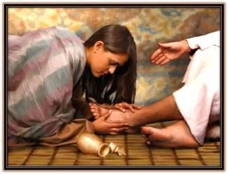 Mujer le lava a Jesús los pies con perfume