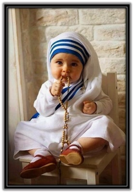 Niña con hábito Madre Teresa de Calcuta