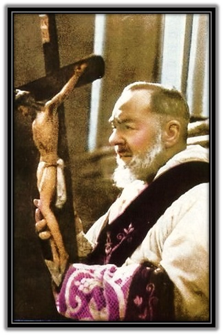Padre Pío con la Cruz
