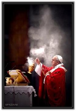Papa Francisco inciensando