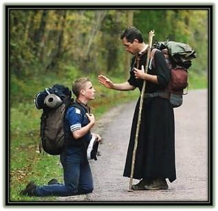 Sacerdote dando la bendición un seglar