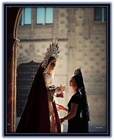 Virgen María mirada por una mujer
