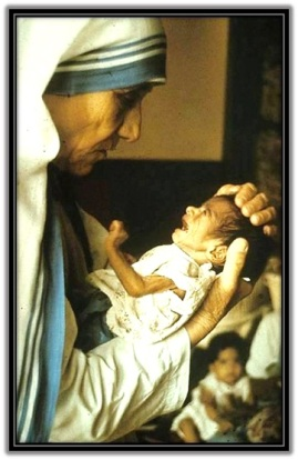 Madre Teresa de Calcuta - con niño en brazos acariciándolo