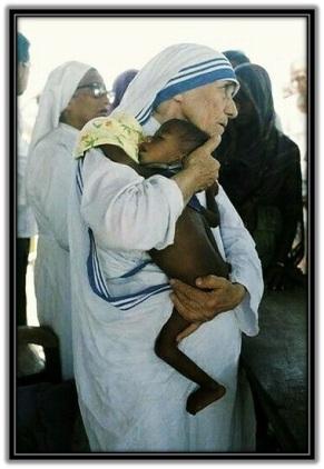 Madre Teresa de Calcuta - con niño en brazos