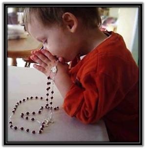 Niño rezando el Rosario