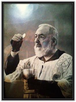 Padre Pío dando la Comunión