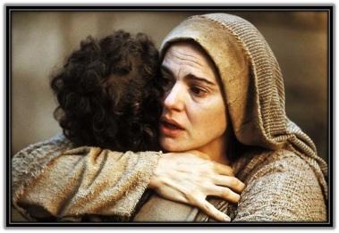 María abrazada al Niño Jesús