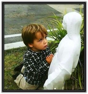 Niño rezando a la Virgen María