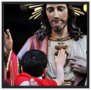 Niño tocando el Corazón de Jesús