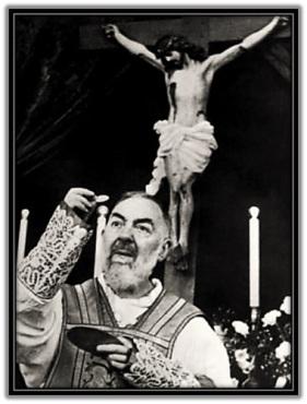 Padre Pío con el Cuerpo de Cristo