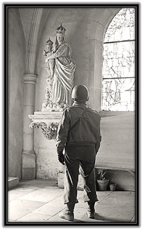 Soldado rezando a la Virgen María y Niño Jesús