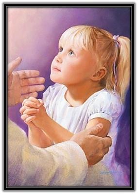 Niña rezando a Jesús