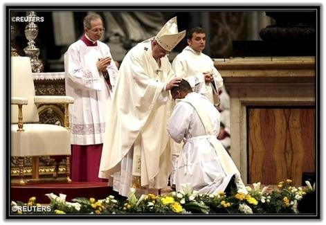 Papa Francisco ordenando sacerdotes