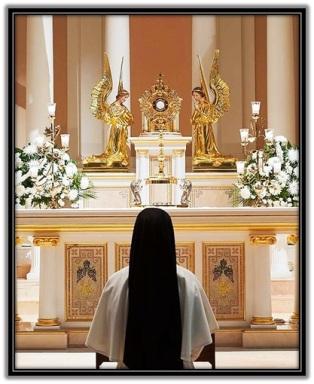 Religiosa arrodillada delante del Santísimo