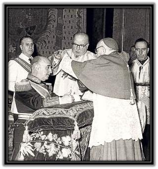 Franco condecorado por la Iglesia