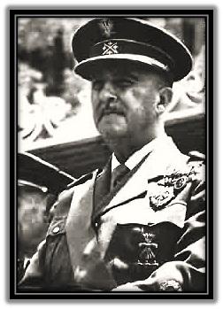 Francisco Franco - observando desfile militar