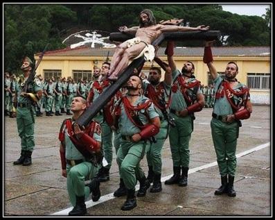 Legionarios con el Crucifijo