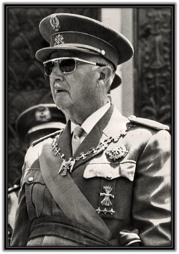 Generalísimo Francisco Franco observando desfile