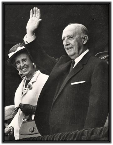 Franco saludando y Dña. Carmen Polo