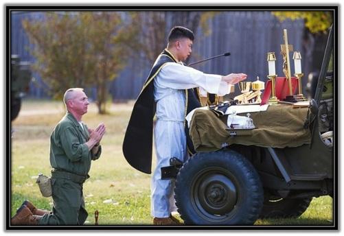 Sacerdote celebrando Santa Misa y soldado acólito